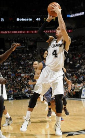 Spurs roll past Bobcats, 102-72