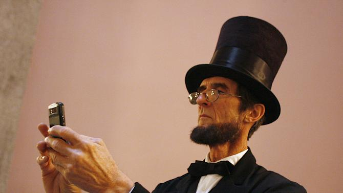 Lincoln impersonators rub gangly elbows in Ohio