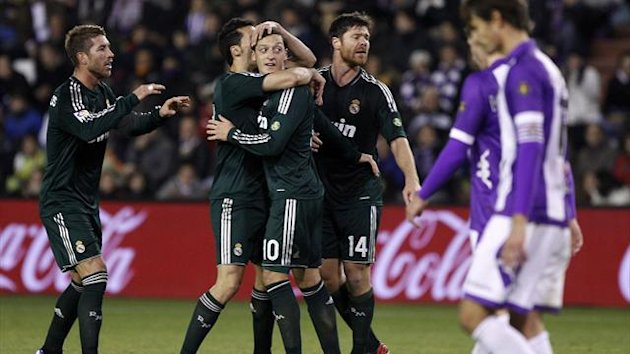 Valladolid : Real Madrid's German midfielder Mesut Ozil (C) celebrates with teammates Real Madrid's defender Sergio Ramos (L) and Real Madrid's midfielder Xabi Alonso (R)