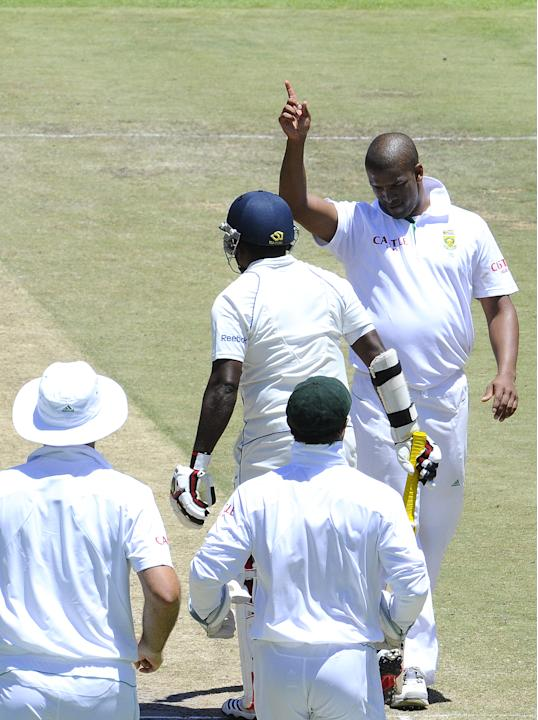 South Africa's bowler Vernon Philander (R) gestures to celebrate the dismissal of Sri Lanka's batsman Rangana Herath (C) on January 5, 2012 during the third day of the third cricket Test match between