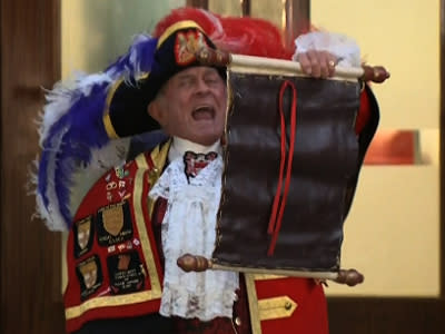 Raw: Royal Crier Announces Birth to Cheers