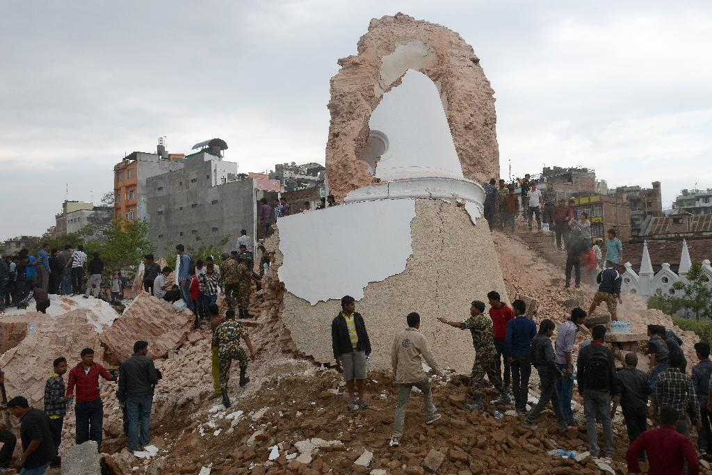 Hundreds dead in Nepal quake, deadly avalanche on Everest