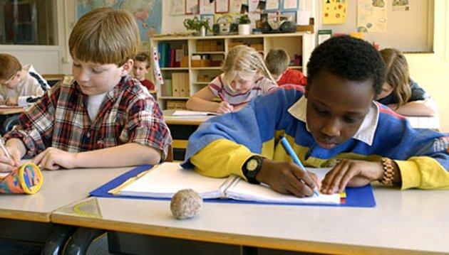 كيف تساعدين طفلك الخجول على التعامل فى المدرسة؟ 353546.jpg