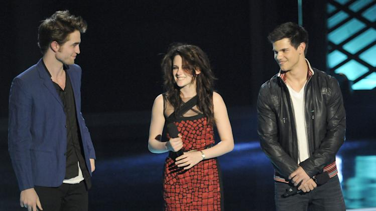 Robert Pattinson, Kristen Stewart and Taylor Lautner onstage during the 2009 MTV Movie Awards held at the Gibson Amphitheatre on May 31, 2009 in Universal City, California.