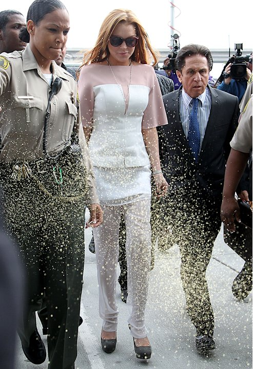 Lindsay Lohan arrives to court 45 minutes late