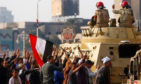 Supporters of Egypt's Sisi cheer at soldiers during a demonstration against the Muslim Brotherhood and other Islamist groups at Tahrir Square in Cairo