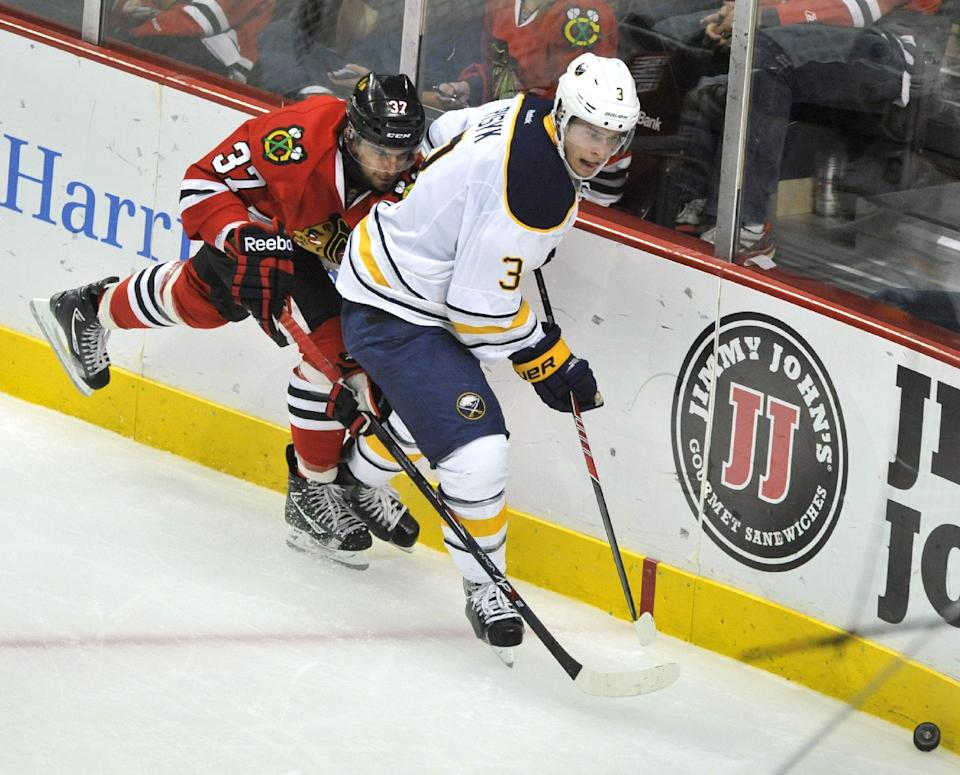 Crawford helps Blackhawks edge Sabres 2-1
