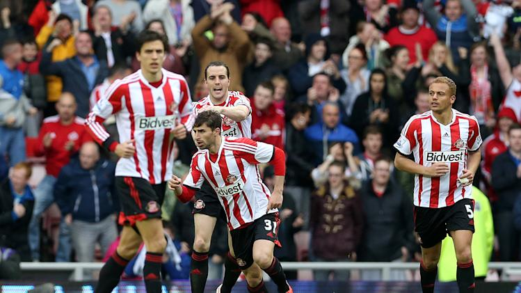 Sunderland's Fabio Borini (C) celebrates with his teammates after scoring during their Premier League match against Swansea City in Sunderland on May 11, 2014