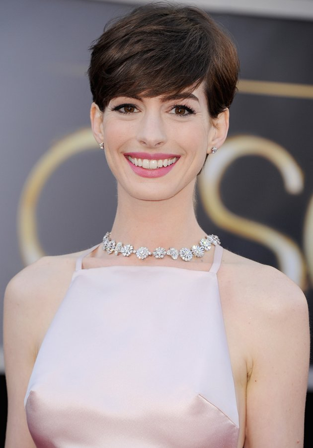 anne hathaway had an embarrasing wardrobe malfunction on the oscars