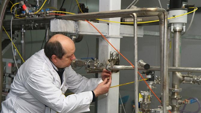A UN atomic energy inspector disconnects a twin cascade at Iran's nuclear facility in Natanz, on January, 20, 2014