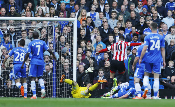 Sunderland hits Chelsea's title hopes with 2-1 win
