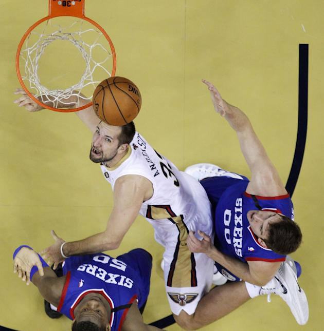 New Orleans Pelicans power forward Ryan Anderson (33) drives to the basket between Philadelphia 76ers power forward Lavoy Allen (50) and center Spencer Hawes (00) in the first half of an NBA basketbal