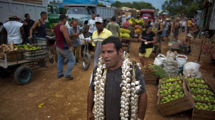 AP PHOTOS: Farmers market bustles on Havana's edge