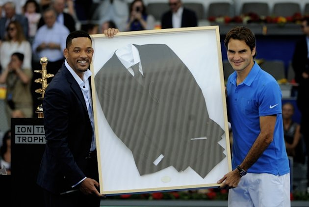Swiss Roger Federer (R) And US Actor Will Smith (L) Hold Smith's Suit Worn In &quot;Men In Black III&quot; AFP/Getty Images
