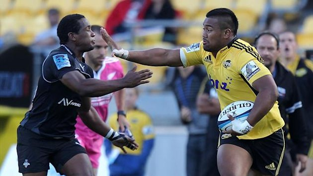 Julian Savea (R) of the Hurricanes (AFP)