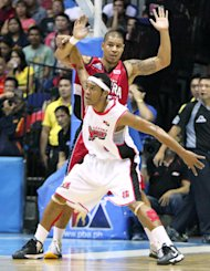 Calvin Abueva gets position in the paint against Willie Wilson. (PBA Images)