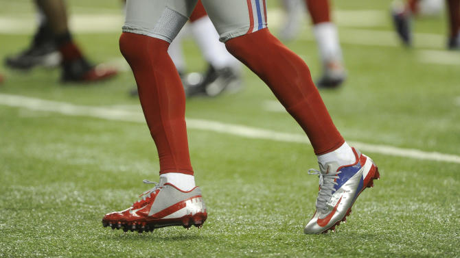 New York Giants wide receiver Victor Cruz (80) works out  before the first half of an NFL football game against the Atlanta Falcons, Sunday, Dec. 16, 2012, in Atlanta. (AP Photo/John Amis)