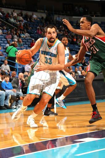 Hornets break out of slump, rout Bucks 102-81