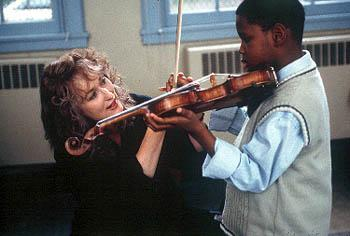 Roberta Guaspari ( Meryl Streep ) teaches a child to play violin in Music Of The Heart