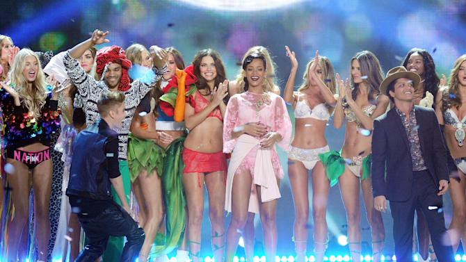 Singers Justin Bieber, Rihanna and Bruno Mars celebrate during the finale of the 2012 Victoria's Secret Fashion Show on Wednesday Nov. 7, 2012 in New York. The show will be Broadcast on Tuesday, Dec. 4 (10:00 PM, ET/PT) on CBS. (Photo by Evan Agostini/Invision/AP)