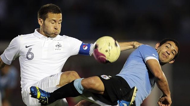 France's Yohan Cabaye (L) fights for the ball with Uruguay's Walter Gargano during their international friendly soccer match in Centenario Stadium in Montevideo, June 5, 2013 (Reuters)