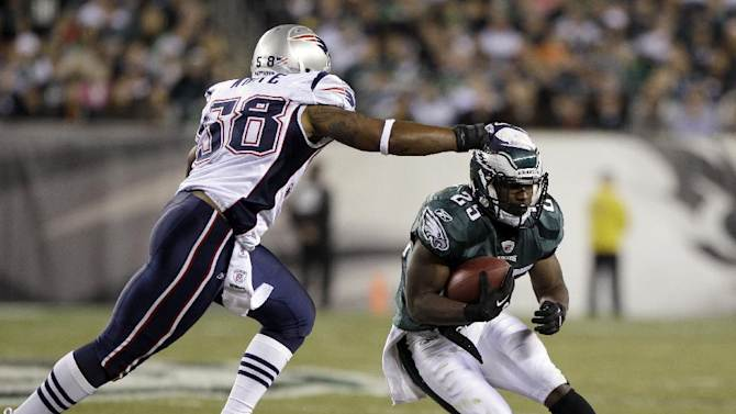 New England Patriots linebacker Tracy White reaches out to tackle Philadelphia Eagles running back LeSean McCoy during the first half of an NFL football game on Sunday, Nov. 27, 2011, in Philadelphia. (AP Photo/Matt Slocum)