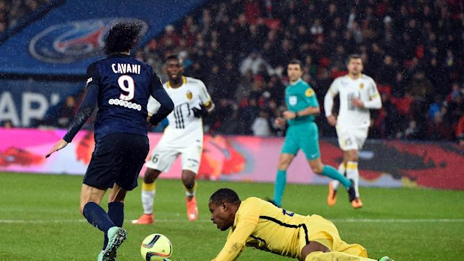 Paris Saint-Germain forward Edinson Cavani (L) vies for the ball with Lille's goalkeeper Vincent Enyeama on February 13, 2016