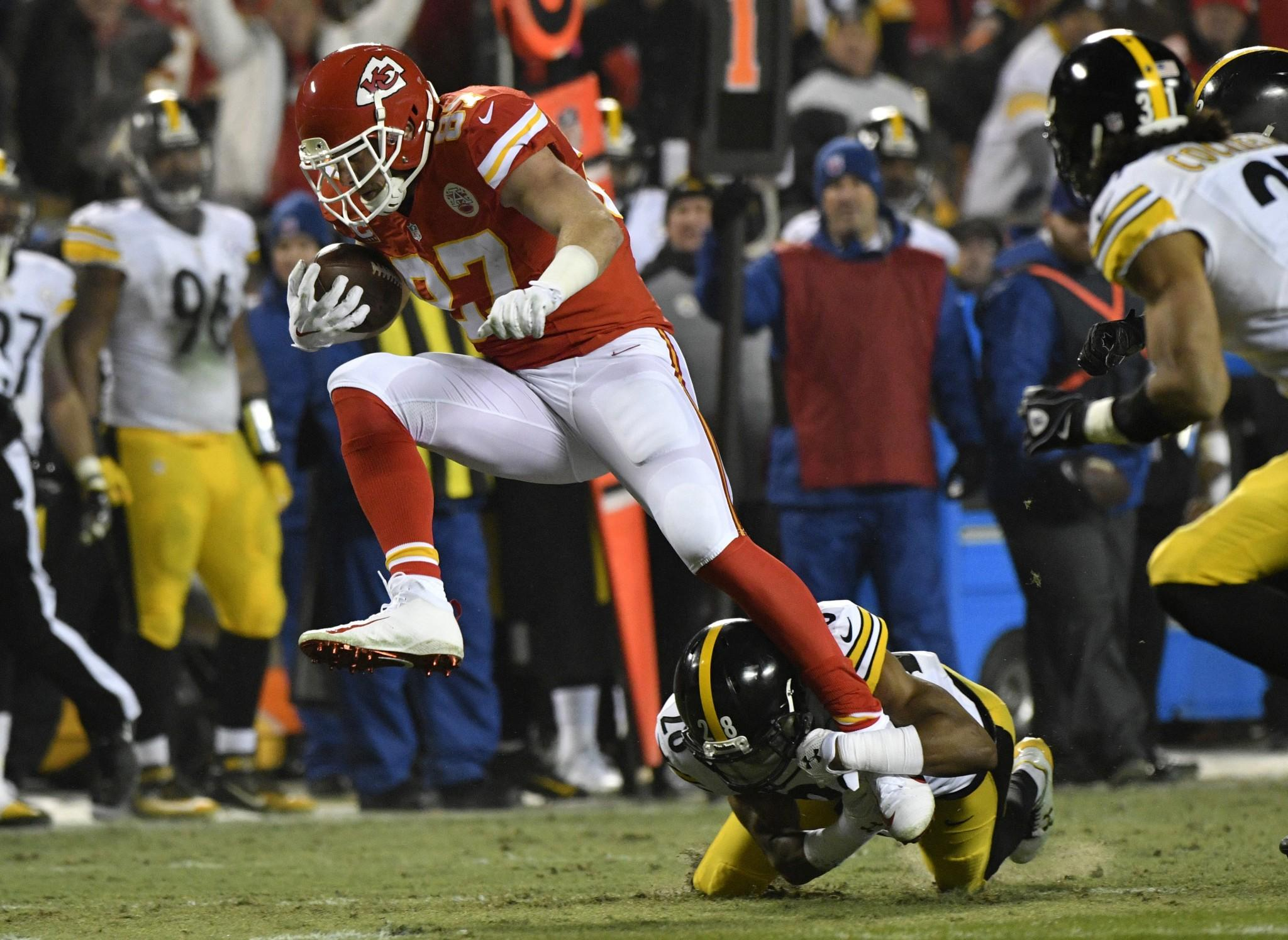 Chiefs' Travis Kelce rips referee for flagging Eric Fisher for 2-point holding
