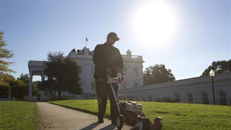 A National Park Service worker uses an edge trimmer on the White House North Lawn for the first time since the the end of the U.S. Government shut down in Washington, October 18, 2013. REUTERS/Jason Reed