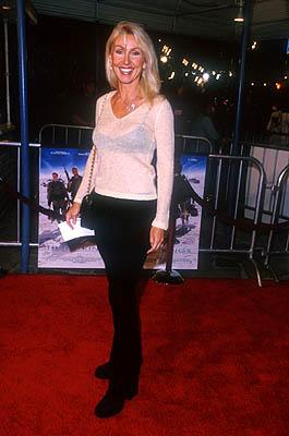 Linda Thompson (II) at the Mann Village Theater premiere of Warner Brothers' Three Kings