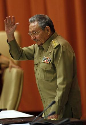 Cuba's Raul Castro backs asylum offers for Snowden