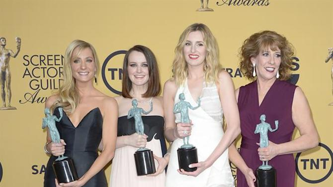 MAN89. Los Angeles (United States), 25/01/2015.- (L-R) British actresses Joanne Froggatt, Sophie McShera, Laura Carmichael and Phyllis Logan hold the awards for Outstanding Performance by an Ensemble in a Drama Series for 'Downton Abbey' at the 21th Annual Screen Actors Guild Awards ceremony at the Shrine Auditorium in Los Angeles , California, USA, 25 January 2015. (Estados Unidos) EFE/EPA/PAUL BUCK