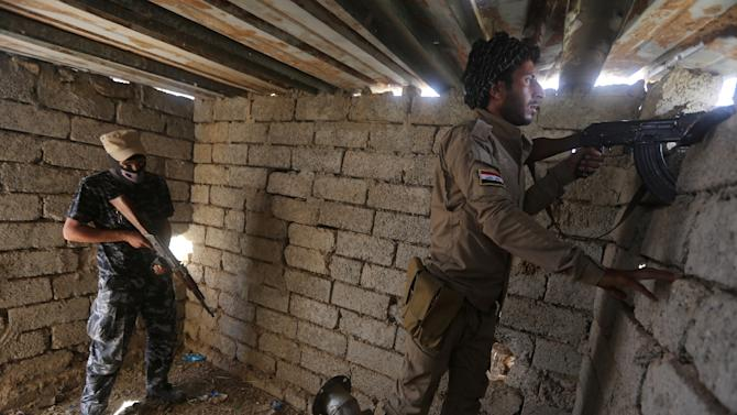 Iraqi Sunni fighters battling Islamic State (IS) group jihadists alongside government forces keep their position on the outskirts of Iraq's Baiji oil refinery, about 200 kilometres north of Baghdad, on May 25, 2015
