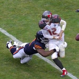 Tampa Bay Buccaneers quarterback Josh McCown fumbles, Chicago Bears recover