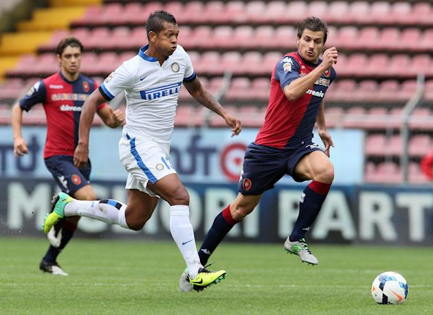 Inter's Fredy Guarin, left, and Cagliari's Daniele Dessena, run for the ball during the Serie A soccer match between Cagliari and Inter, at the Nereo Rocco Stadium in Trieste, Italy, Sunday, Sept. 29,