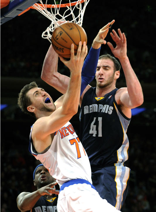 New York Knicks' Andrea Bargnani (77), left, of Italy, goes up for a shot against Memphis Grizzlies' Kosta Koufos(41) during the second quarter of an NBA basketball game Saturday, Dec. 21, 201