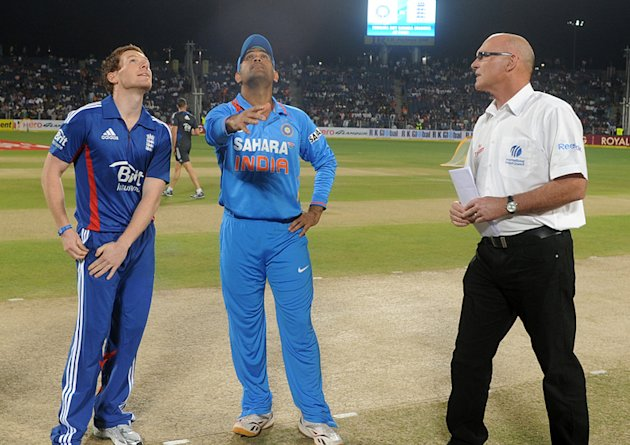 Eoin Morgan and MS Dhoni seen at the toss alongside match referee Jeff Crowe. (c) BCCI