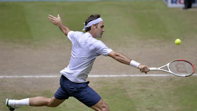 Switzerland's Roger Federer  returns the ball to  Mikhail Youzhny of Russia  during  the final of the  ATP Gerry Weber Open tennis tournament  in Halle , Westphalia, Germany, Sunday, June 16, 2013. (AP Photo/Martin Meissner)