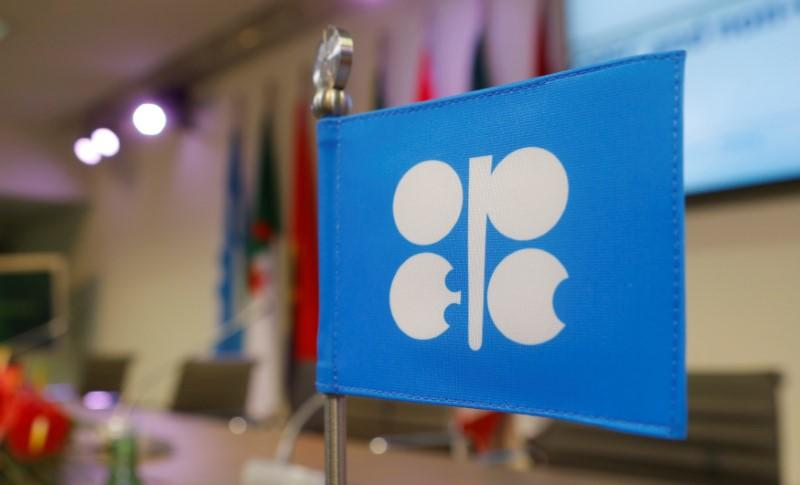 OPEC sees smaller oil glut in 2017 but flags U.S. shale recovery