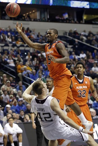 Texas A&M beats Auburn 71-62 to advance at SEC
