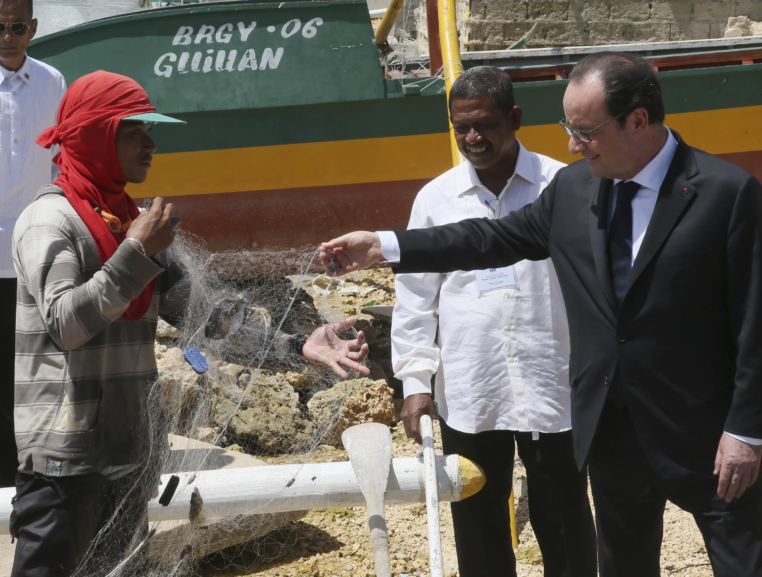 Hollande tours typhoon-hit Philippines ahead of climate deal