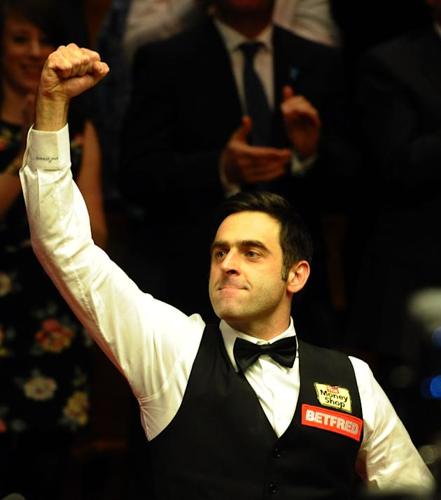Ronnie O'Sullivan (L) of England celebrates on May 7, 2012 after beating Ali Carter of England 18-11 in the World Championship Snooker final at the Crucible Theater in Sheffield, England. AFP PHOTO/PA