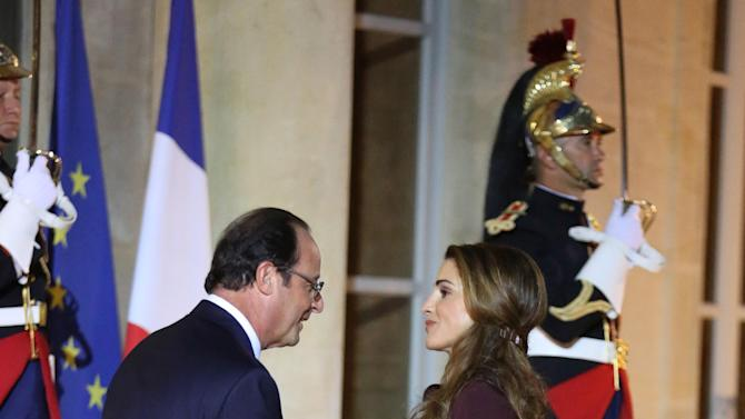 French President Francois Hollande welcomes Queen Rania Al Abdullah of Jordan prior to a working dinner with King Abdullah II of Jordan, at the Elysee Palace in Paris, Wednesday Sept. 17, 2014. (AP Photo/Remy de la Mauviniere)