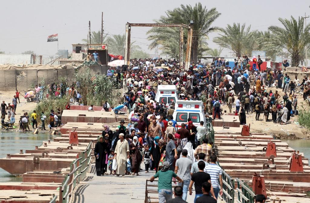 Bridge opens to let displaced Iraqis flee Anbar