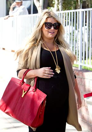 "Pregnant Jessica Simpson ""Can't Wear Heels Anymore"" 1 Month Before Baby"