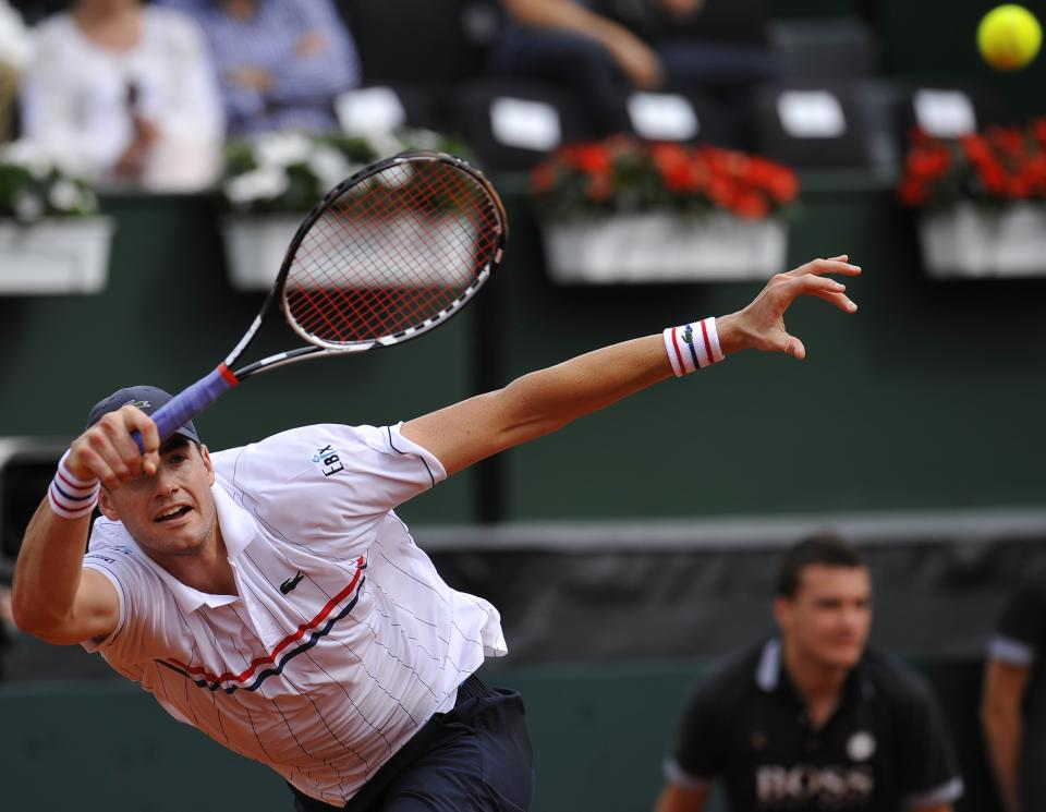 John Isner of the US returns the ball  to Spain's David Ferrer during their Davis Cup World Group Semi-final tennis match in Gijon, northern Spain, Sunday, Sept.16 , 2012. Ferrer won 6-7,  6-3,  6-4, 6-2.  (AP Photo/Alvaro Barrientos)