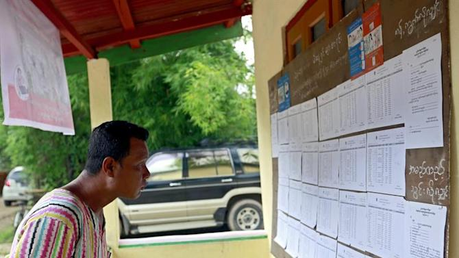 NCN021. Yangon (Myanmar), .- A man checks the voters list at the Wahtheinkha village in Kawmhu township, Yangon, Myanmar, 04 July 2015. Suu Kyi campaigns door to door in the village ahead of the country's elections, which will likely be held at the end of 2015. Myanmar's parliament voted not to relax the military's control over the constitution, a move that could have paved the way to allow opposition leader Aung San Suu Kyi to run for president. (Elecciones, Birmania) EFE/EPA/NYEIN CHAN NAING
