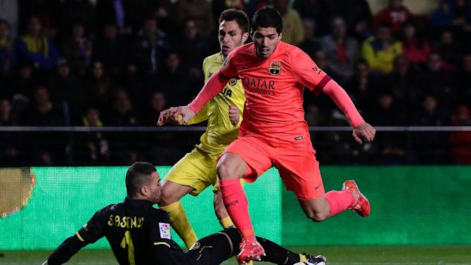 Villarreal's goalkeeper Sergio Asenjo (L) vies with Barcelona's Uruguayan forward Luis Suarez during their Spanish Kings' Cup football match in Villareal on March 4, 2015
