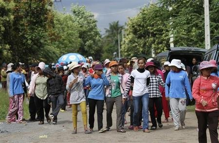 Garment workers gather to protest in front of the Kampong Speu Province Court, June 5, 2013. REUTERS/Samrang Pring
