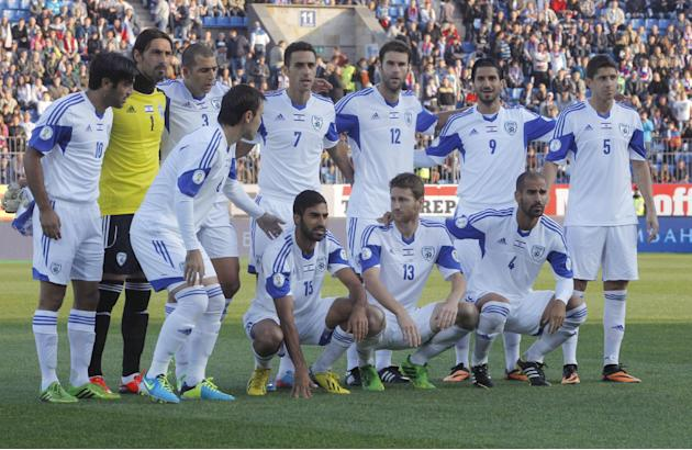 Israel's national team pose prior the World Cup group F qualifying soccer match between Russia and Israel in St.Petersburg, Russia, Tuesday, Sept. 10, 2013